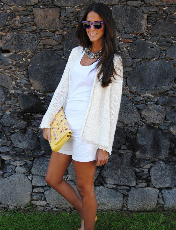 Shorts con total look blanco
