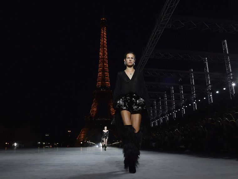 Saint Laurent Paris a los pies de una brillante Torre Eiffel