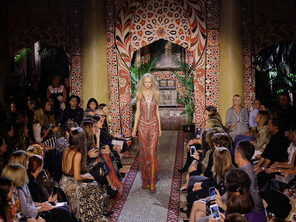 Vídeo:Cavalli mezcla culturas y colores en la Milan Fashion Week